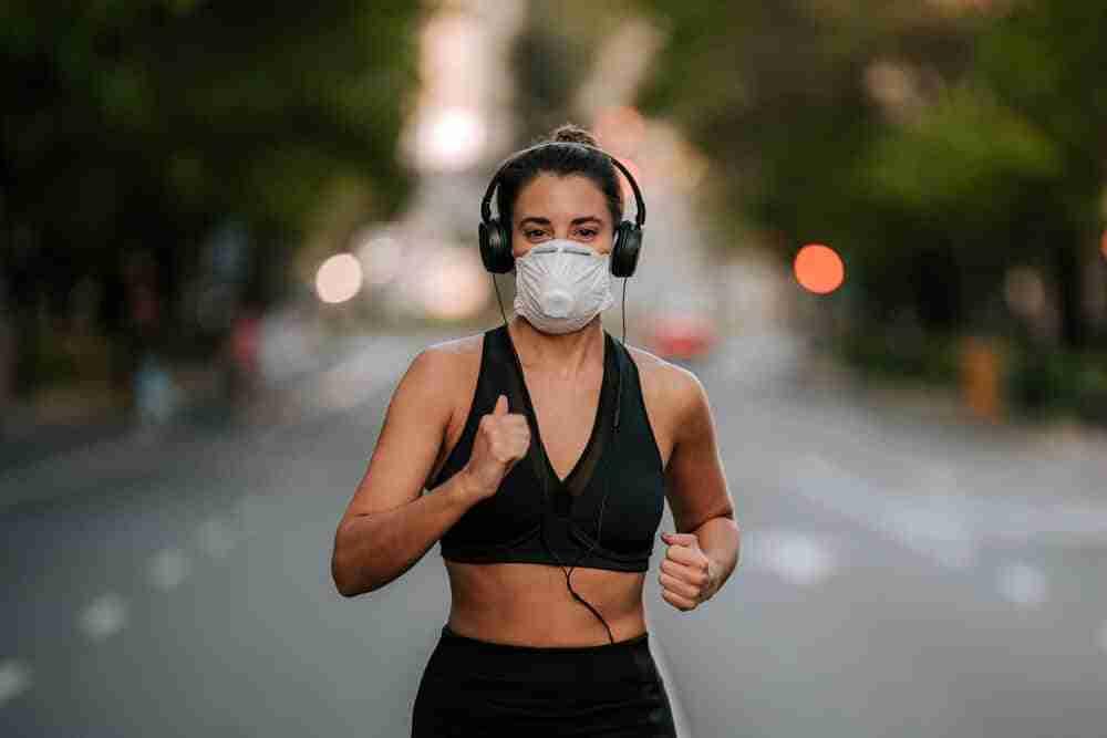 mujer haciendo ejercicio físico durante el covid19